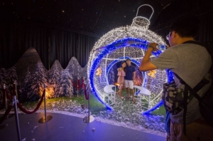 Life-sized bauble ornaments to take photos with!